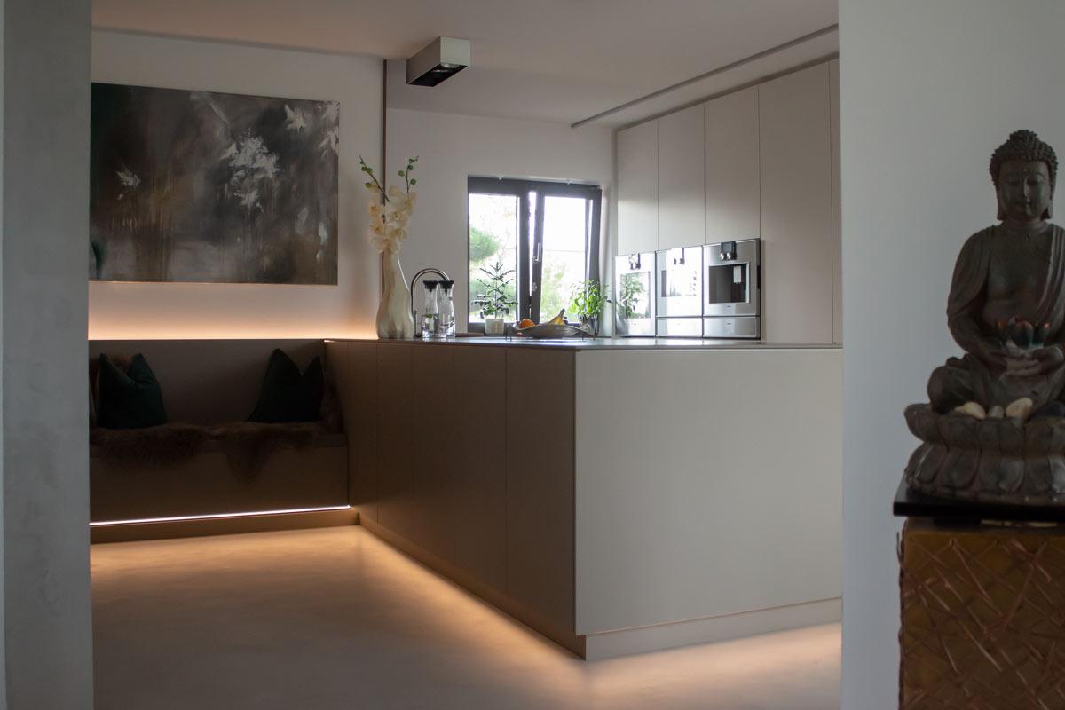 Schreinerküche mit Sitznische geht fließend in Wohnbereich über