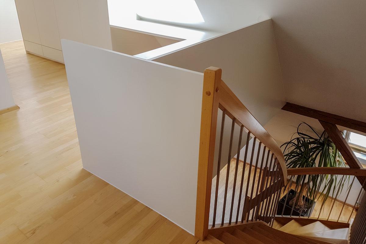 Treppenaufgang mit Wandverkleidung