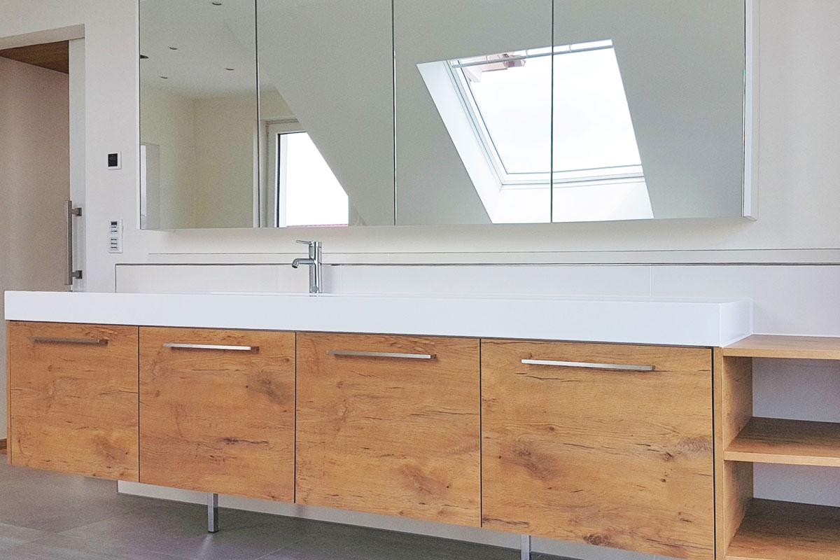 Die Holzfronten des Waschtischs bringen Wärme ins Bad