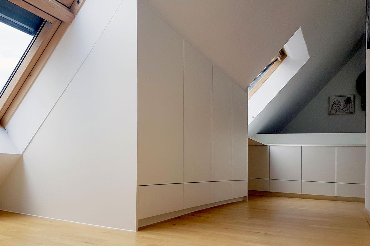 Einbauschränke perfekt an die Dachschräge angepasst