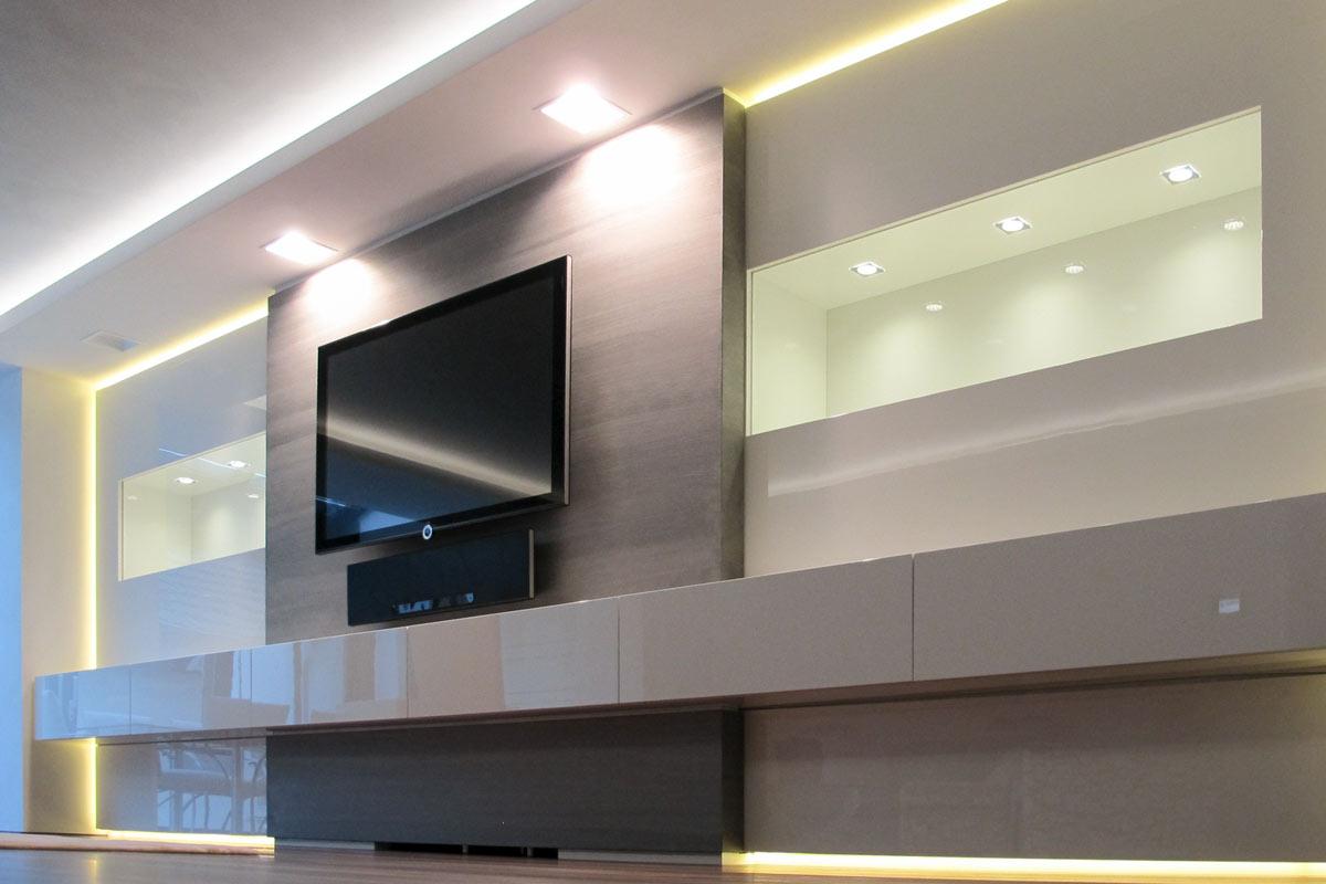 Mediamöbel mit fixiertem TV, Soundbar und indirekter LED-Beleuchtung