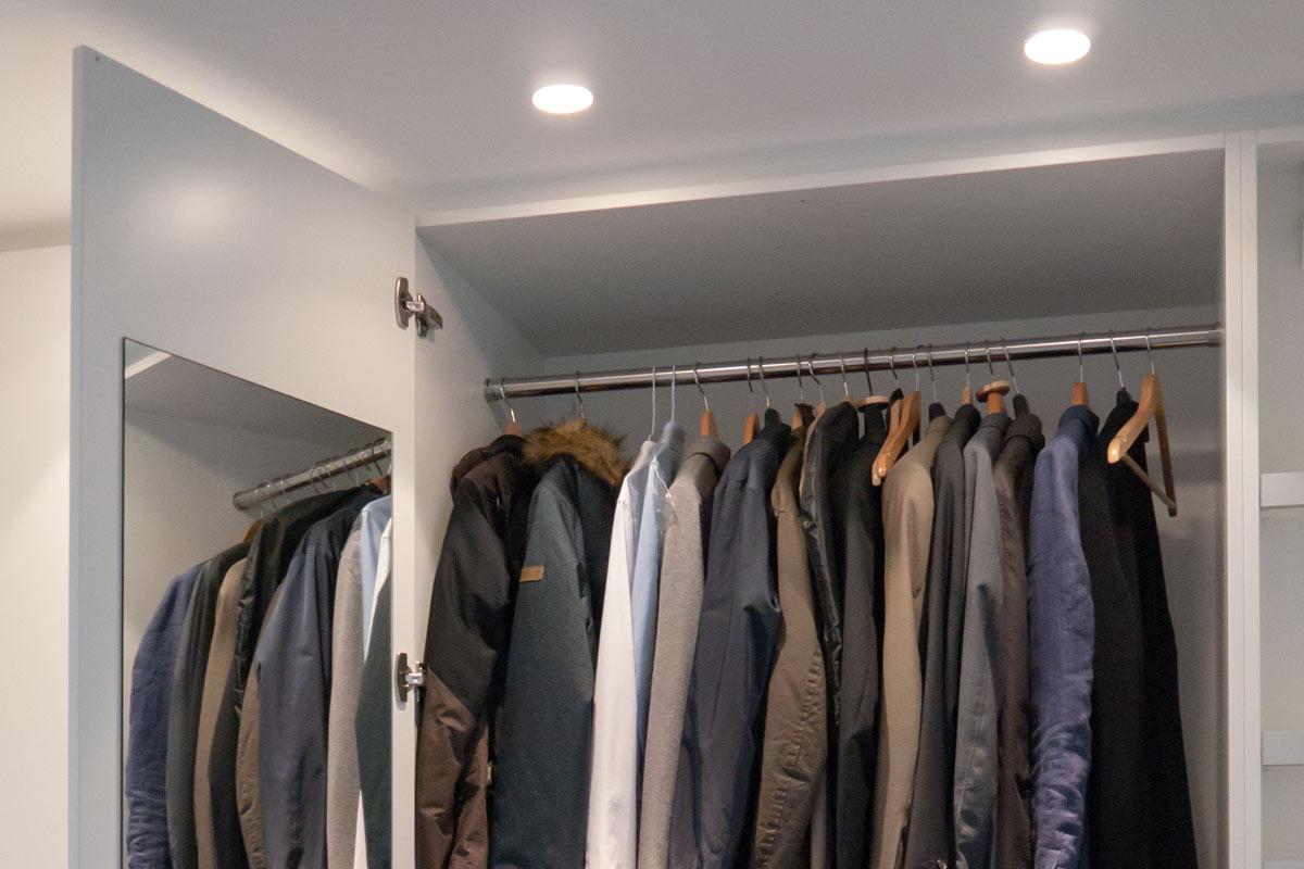 Garderobenschrank mit zwei Kleiderstangen