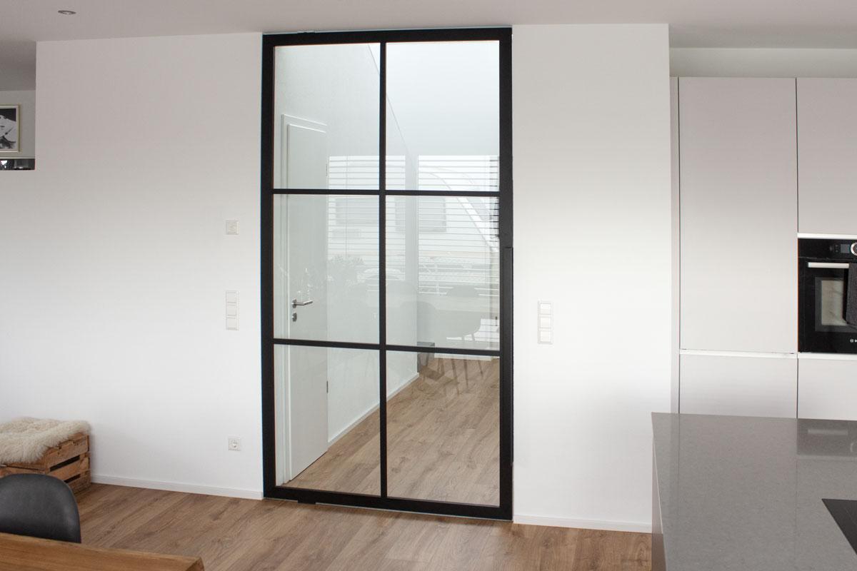 Lofttür mit Zierleisten in Aluminium schwarz