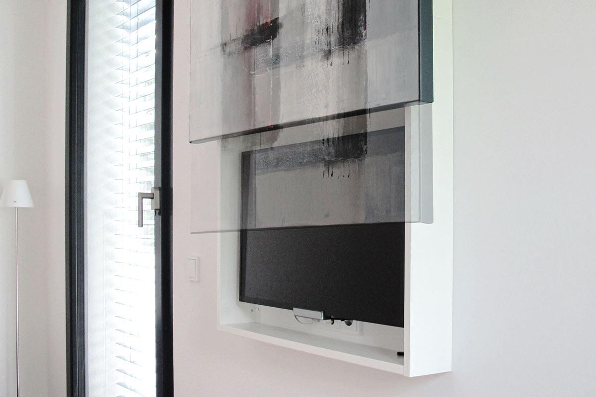 Das TV-Panel versteckt den Fernseher hinter einem Gemälde