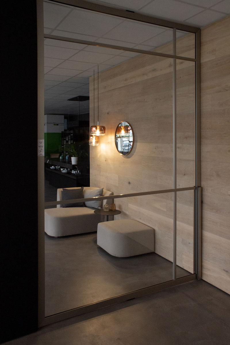 Die Lounge wirkt endlos dank Parsol Spiegel