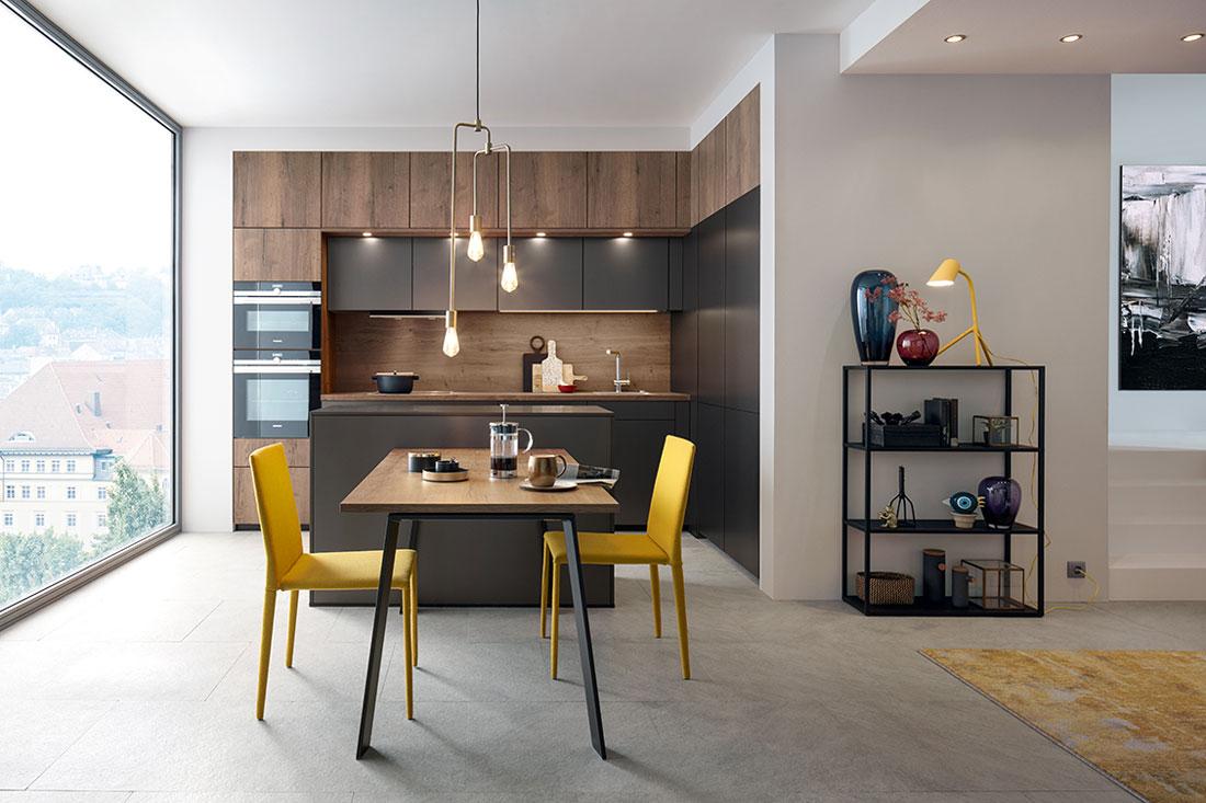 Dunkle Küche im hellen Raum