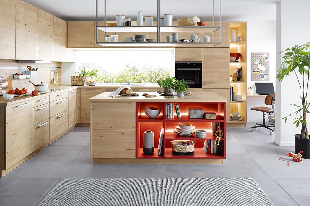 Helle Holzküche mit beleuchtetem Regal