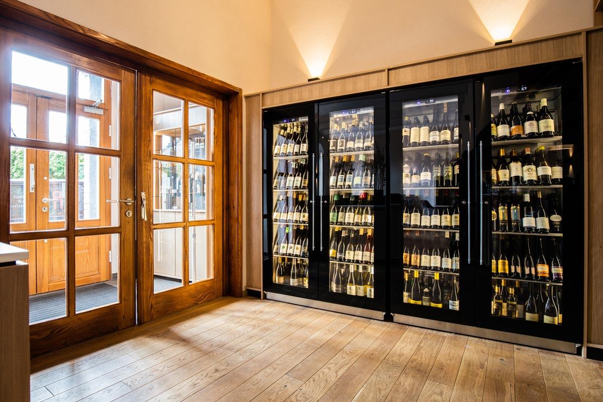 Die Weinklimaschränke im Eingangsbereich präsentieren die Sammlung der Vinothek