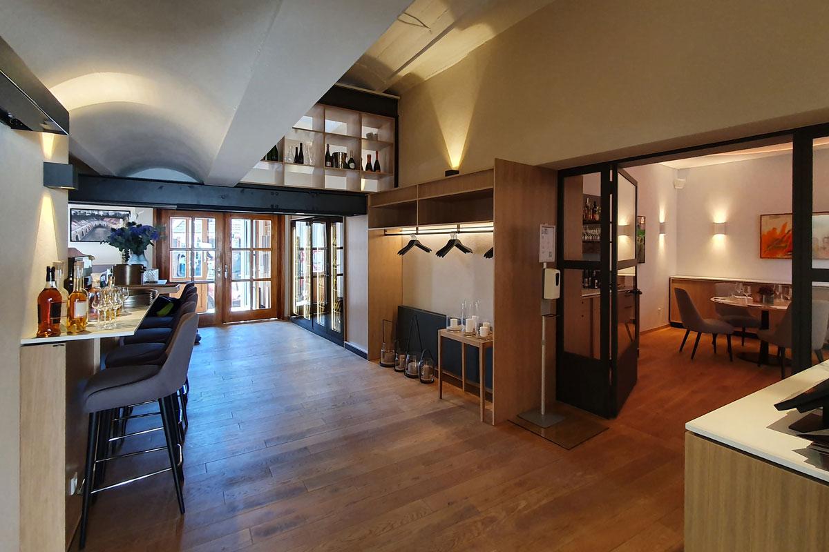 Eingangsbereich der Vinothek mit Theke und Garderobe