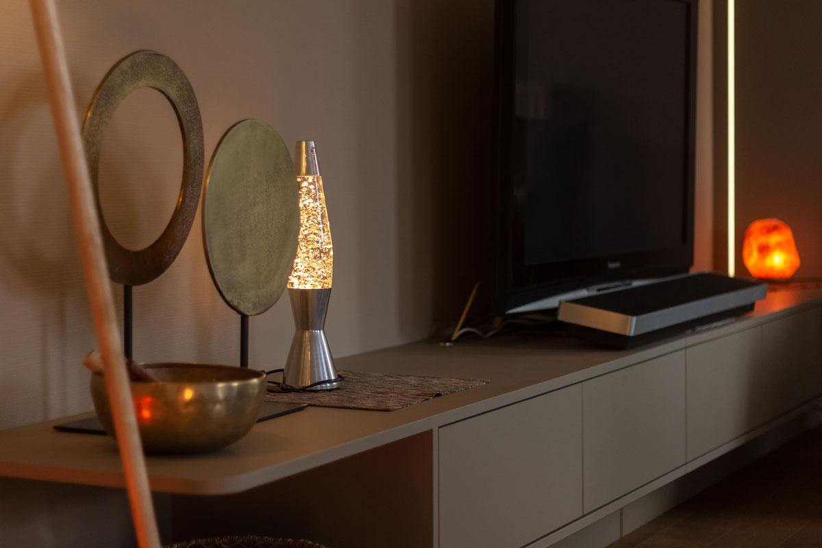 Leichtgewichtiges Lowboard mit abgerundeten Ecken und indirekter LED-Beleuchtung