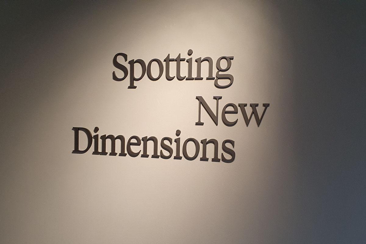Spotting New Dimensions - ein Emblem mit dem Motto ziert die Wand im Poggenpohl Firmensitz