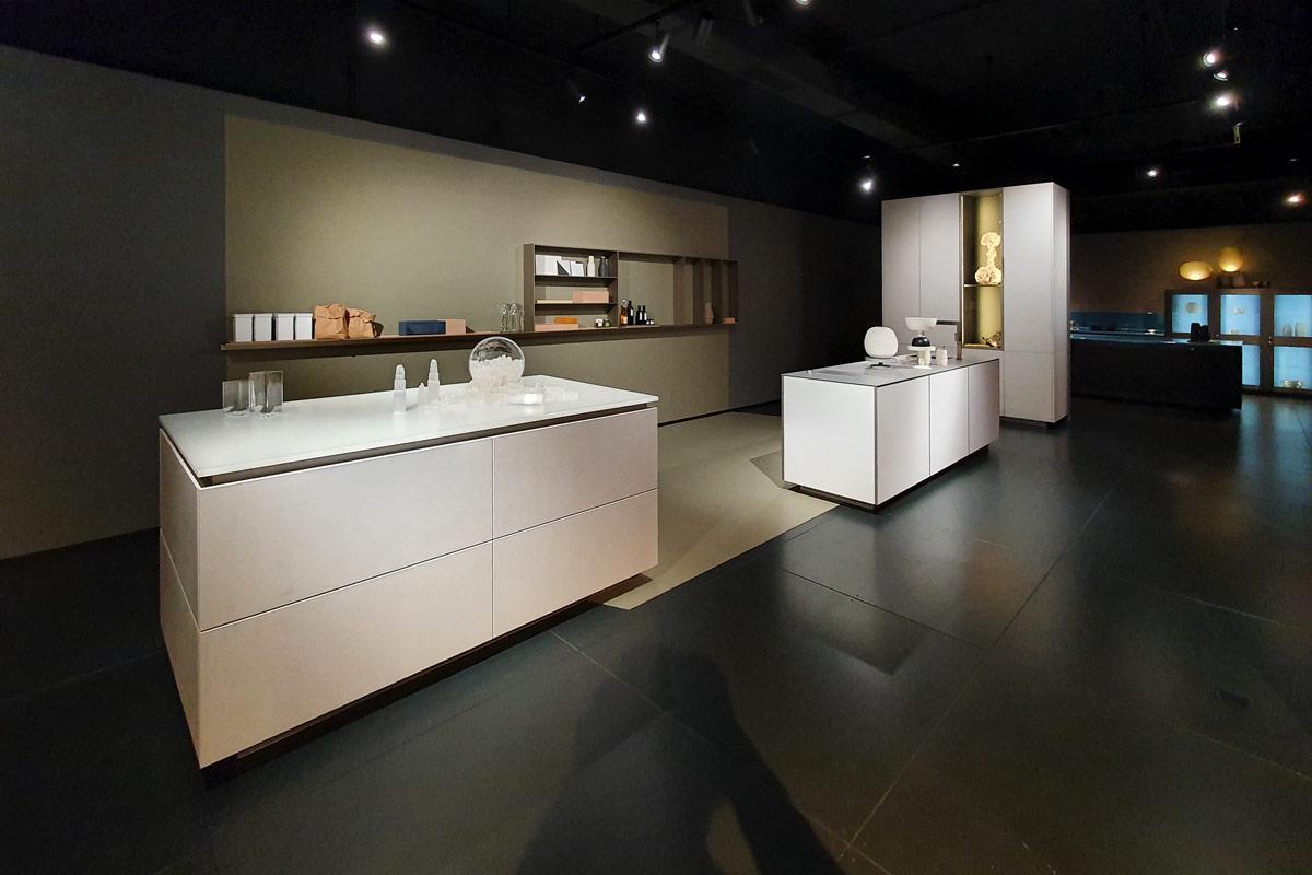 Zwei Kücheninseln in weiß mit verschiedenen Materialien und Oberflächen